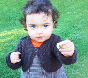 Fotografia de menina com uma flor na mão
