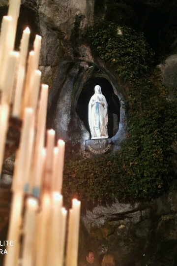 imagem de santa bernardete e velas