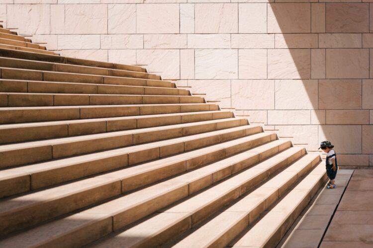 imagem de escadaria com menino no início