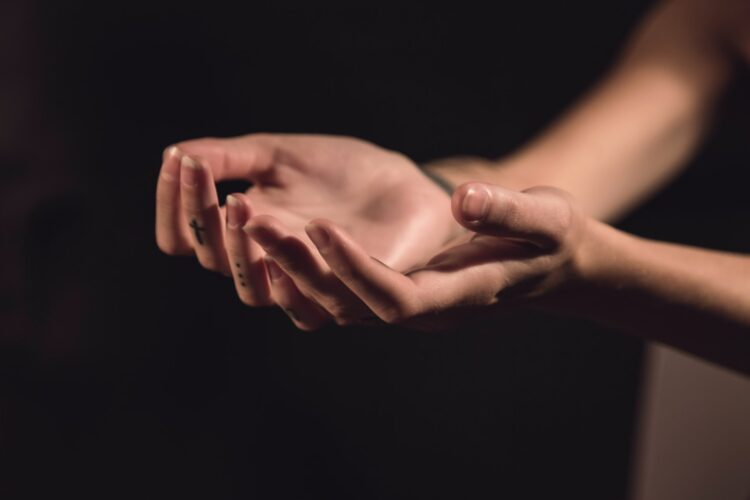 imagem de mãos abertas em fundo preto