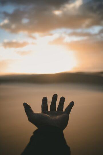 imagem de mão aberta no horizonte