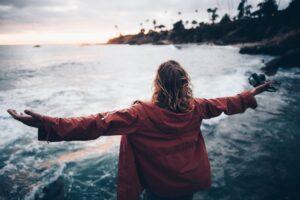 imagem de senhora de braços abertos para o mar