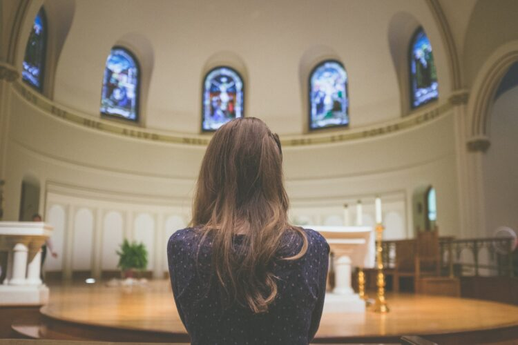 imagem de senhora de costas na igreja