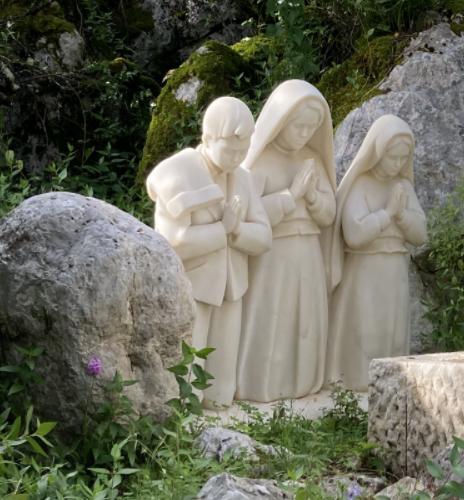 fotografia da estatua dos 3 pastorinhos de Fátima