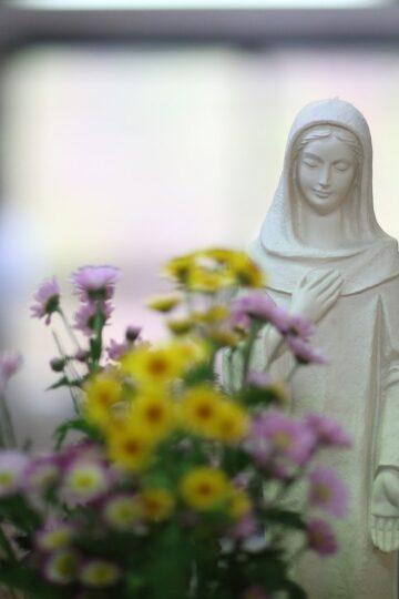 imagem de Nossa Senhora com flores à frente