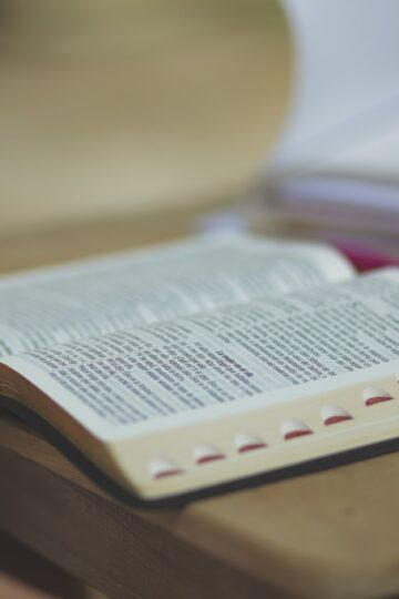 imagem de Bíblia aberta