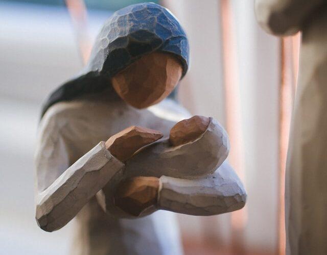 imagem de boneca de barro de nossa senhora com menino Jesus bebé ao colo