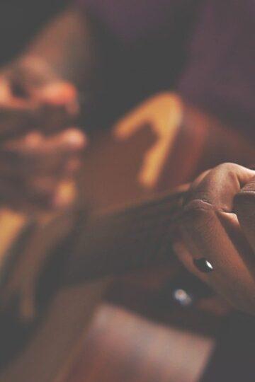 imagem de mãos a tocar guitarra