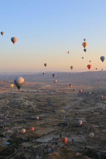 imagem de vários balões de ar quente a voar
