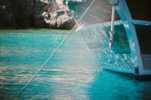 imagem de barco ancorado no mar