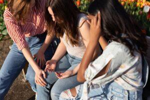 imagem de três raparigas em posição de oração